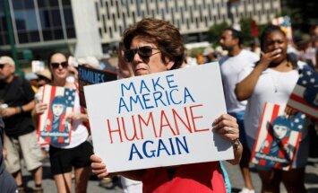 Foto: Vairāki desmiti tūkstošu cilvēku protestē pret migrantu atšķiršanu