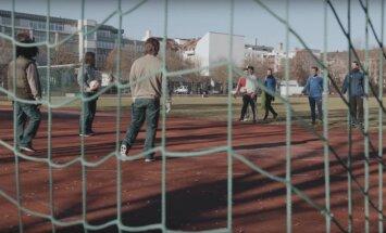 Video: Pārģērbti un nogrimēti Minhenes 'Bayern' futbolisti uzspēlē skolas pagalmā