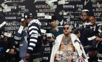 ВИДЕО: Мейвезер забросал Макгрегора долларами, а команды устроили свалку