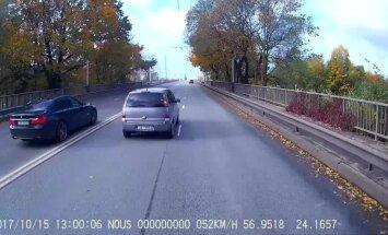 Video: 'Saimnieks' pie BMW stūres uz Deglava tilta bīstami apdzen