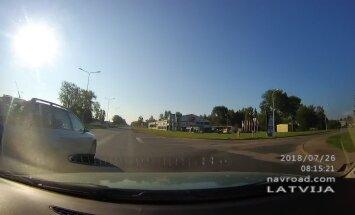 Video: 'Audi' vadītājs izraisa avārijas situāciju Rīgā