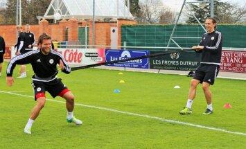 Foto: Latvijas futbola izlases otrā treniņnometnes diena Šveicē – darbs un intervijas