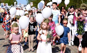Foto: Kā 9. maija svinētāji devās gājienā 'Nemirstīgo pulks'