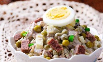 Svētkos jau drīkst! 33 sātīgi salāti ar dāsnu majonēzes aizdaru