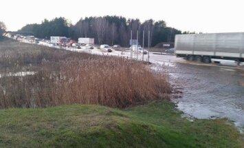 Ūdensvada avārija: Izdevies atjaunot ūdensapgādi; satiksme joprojām ierobežota (plkst. 21:22)
