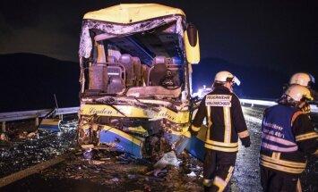 Foto: Vācijā autobusa un kravas mašīnas sadursmē bojā gājis cilvēks; vēl 18 ievainoti