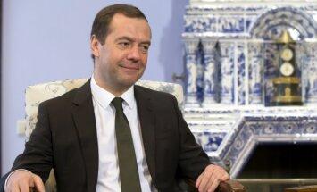 Медведев не видит себя на посту президента, с Навальным судиться не будет