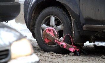 Rīgas autostāvvietās atkal bloķēs automašīnu riteņus