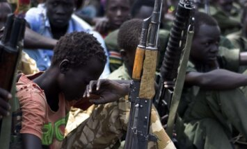 Centrālāfrikas bruņotie grupējumi sola atbrīvot tūkstošiem bērnu karavīru, norāda ANO