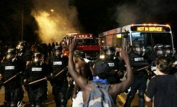 ASV protestos pēc kārtējā melnādainā nošaušanas ievainoti 12 policisti