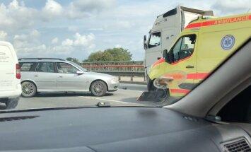 'Opel' un kravas auto avārija uz Dienvidu tilta; veidojas sastrēgums