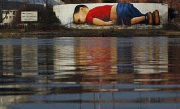 Frankfurtē tapis grafiti sīriešu zēna Ailana Kurdi piemiņai