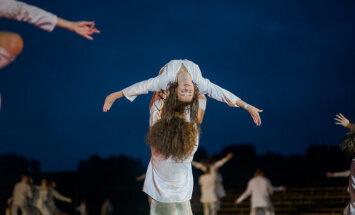 Foto: Iespaidīgākā dejas izrāde saulgriežos – 'No zobena saule lēca'