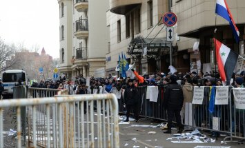 Посольство Турции в Москве закидали камнями, в Ульяновске сорвали турецкий флаг