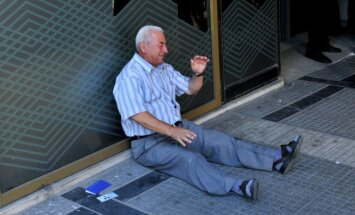 Pasauli aizkustina asarās izplūduša grieķu pensionāra foto