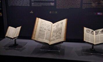 Foto: Uz Rīgu atvestas 500 gadus senas grāmatas no visas Eiropas