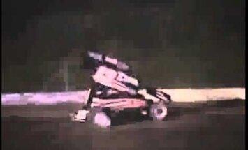Sacīkstes laikā NASCAR čempions Stjuarts nāvējoši notriec pilotu