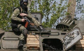 Ukrainā no Krievijas nelikumīgi iebraukušas automašīnas ar kaujiniekiem; ielidot centušies helikopteri
