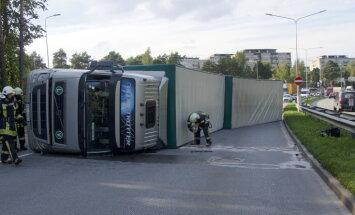 Foto: Viestura prospektā Rīgā avarējis smagais auto; ierobežota kustība