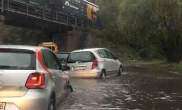 Milzu lietavas Rīgā: automašīnas slīkst pārplūdušajās ielās