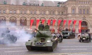 Video: Maskavā atkārto 1941. gada militāro parādi