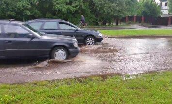 Video: Dārzciema ielā uz braucamās daļas izplūst ūdens