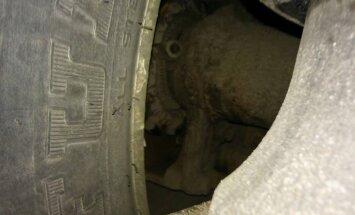 Foto: CSDD reidā Tūjā apturēts auto bez bremžu diska; noņemtas numurzīmes