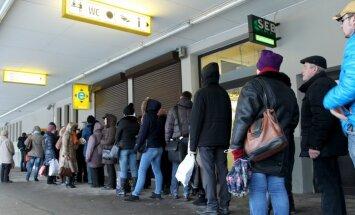 Dienu pirms cenu 'lēciena' Rīgā sarūk rindas pēc 'lētajām' transporta biļetēm