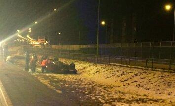 ВИДЕО: В ночь на воскресенье на Южном мосту перевернулась машина