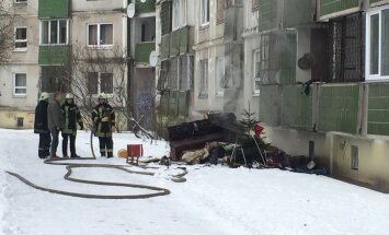 Foto: Rīgā dzīvojamā namā aizdegušās sadzīves mantas