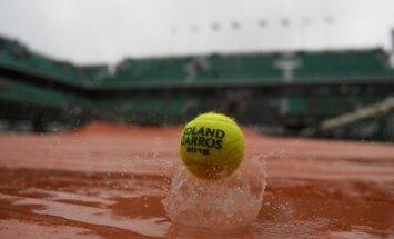 Tenisisti bargi kritizē 'French Open' rīkotājus par likšanu spēlēt lietū