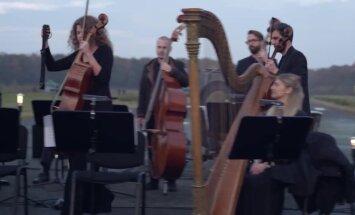 Ginesa rekords: Simts dronu paceļas gaisā, lai izgaismotu debesis Bēthovena devītās simfonijas pavadījumā