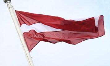 Член Нацблока просит ПБ проверить комментарии об испорченном петардами монументальном флаге Латвии