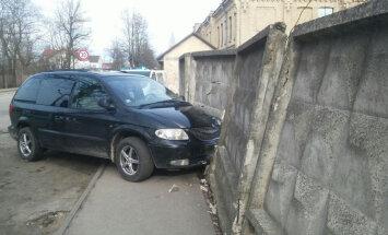 Bēgot no policijas, dzērājšoferis atduras pret betona sienu