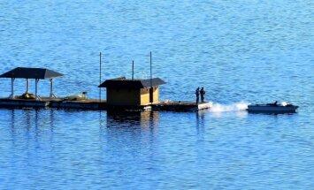 Foto: Plosts gluži kā māja Daugavas ūdeņos pie Aizkraukles