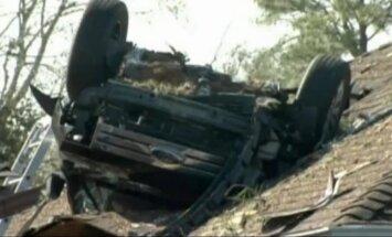 Teksasā automašīna pēc avārijas piezemējas uz mājas jumta