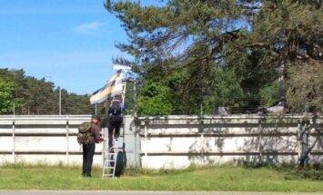 """Нацболы с """"георгиевским флагом"""" пробрались на учения НАТО в Адажи"""