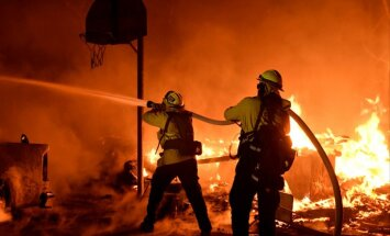 Apokaliptiski skati: Kalifornijā plosās milzīgi ugunsgrēki