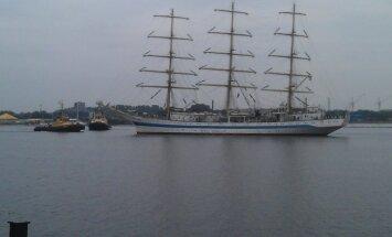 Aculiecinieka foto: Rīgas ostā ienāk 'Tall Ships Races 2013' dalībnieks - buru kuģis 'Mir'