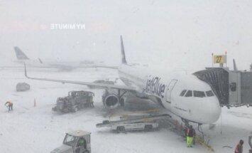 Haosa pārņemtajā Kenedija lidostā Ņujorkā sadūrušās divas lidmašīnas