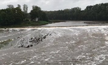 Ziņo par ciklona 'Tomass' radītajiem plūdiem Latvijā