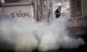 Bahreinas policija vidusskolā pielieto asaru gāzi