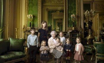 Lielbritānijas karalienes jubilejā publiskoti unikāli ģimenes foto