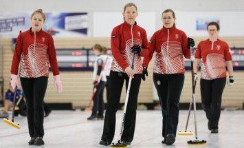 Latvijas sieviešu kērlinga izlase pēc uzvaras pār Somiju nodrošina vietu EČ B divīzijas izslēgšanas spēlēs