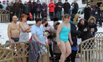 Aculiecinieka foto: Kristieši Jelgavā gremdējas svētajos Lielupes ūdeņos
