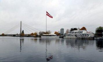 Uz AB dambja milzīgajā Latvijas karogā ar pirotehniku izdedzināti caurumi