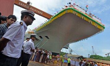 Indija prezentē savu pirmo pašbūvēto aviācijas bāzes kuģi (+FOTO)