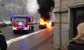ФОТО, ВИДЕО: На улице Бривибас утром загорелся автомобиль; движение возобновлено