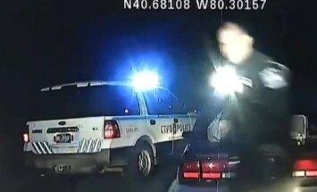 Video: Rokudzelžos saslēgta sieviete ASV bēg ar policijas auto