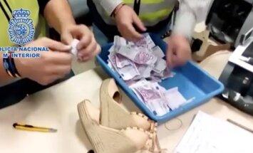 Video: Spānijas policija atrod kurpju papēžos nobēdzinātus 180 tūkstošus eiro